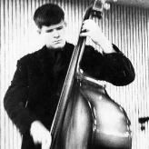 Håbefuld ung bassist