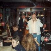 Arne Bue holder tale og synger fødselsdagssang for mig i Long John