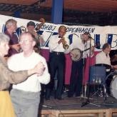 Bill Dillard spiller til dans...